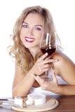 Frau mit Rotwein und Käse Stockbild