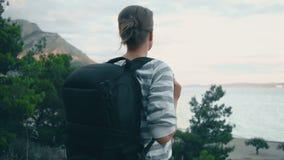 Frau mit Rucksack stock video