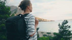 Frau mit Rucksack stock video footage