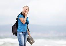 Frau mit Rucksack stockfoto