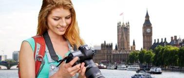 Frau mit Rucksack und Kamera über London Big Ben Lizenzfreies Stockbild