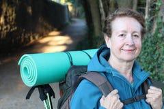 Frau mit Rucksack, wenn Abenteuer gewandert wird lizenzfreie stockfotos