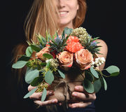 Frau mit rustikalem Blumenstrauß der Weinlese der wilden Rosen Gartennelkenblume Stockfoto