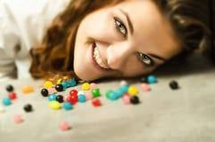 Frau mit Süßigkeit stockfoto