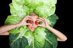 Frau mit Salat um ihren Kopf Stockfoto