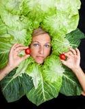 Frau mit Salat um ihren Kopf Lizenzfreies Stockbild