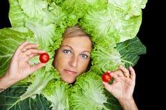 Frau mit Salat um ihren Kopf Stockfotos