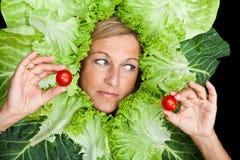 Frau mit Salat um ihren Kopf Stockbilder