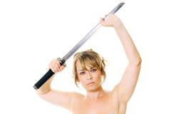 Frau mit Samuraiklinge Lizenzfreie Stockfotografie