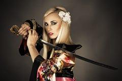 Frau mit Samuraiklinge Lizenzfreie Stockbilder