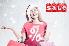 Frau mit Sankt-Hut und -Einkaufstaschen Lizenzfreies Stockbild