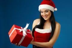 Frau mit Sankt-Hut und Geschenk Lizenzfreies Stockfoto