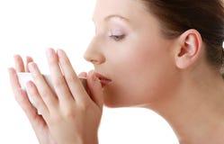 Frau mit sauberem Gesicht grean Tee trinkend Lizenzfreie Stockfotos