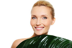 Frau mit sauberer Haut und Blatt umfassen ihre Karosserie Lizenzfreie Stockfotos