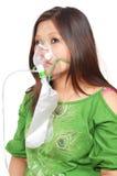 Frau mit Sauerstoffmaske Stockbild
