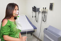 Frau mit Sauerstoffmaske Lizenzfreies Stockfoto