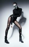 Frau mit Schädelgesicht in der schwarzen Kleidung Stockfoto