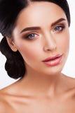 Frau mit schönem hellem Make-up stockbild
