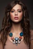 Frau mit schöner Halskette Stockfoto