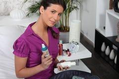 Frau mit Schönheitsprodukt Lizenzfreie Stockfotografie