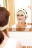 Frau mit Schönheitsschablone lizenzfreies stockbild
