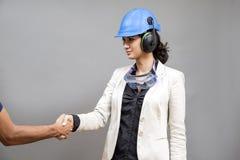 Frau mit schützender Arbeitskleidung Stockfotografie