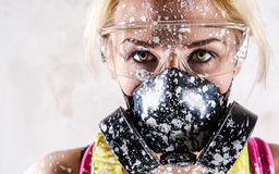 Frau mit schützender Atemschutzmaske Stockfotos