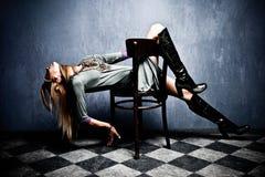 Frau mit Schablone Stockbilder