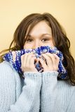 Frau mit Schal Stockfoto