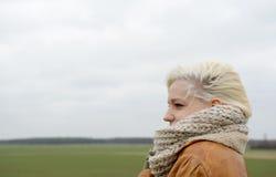 Frau mit Schal Lizenzfreie Stockbilder