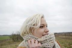 Frau mit Schal Lizenzfreies Stockfoto