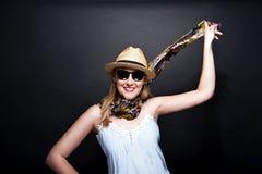 Frau mit Schal und Hut über dunklem Hintergrund Stockfotos