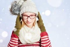 Frau mit Schal und Kappe im Schnee Stockfotos