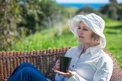 Frau mit Schale im Garten Stockfotografie
