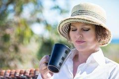 Frau mit Schale im Garten Lizenzfreie Stockfotografie