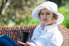 Frau mit Schale im Garten Stockfotos