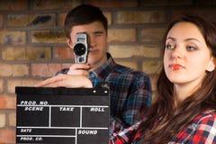 Frau mit Scharnierventil-Brett in Front Photographer Stockfoto