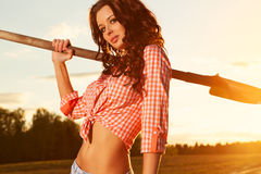 Frau mit Schaufel lizenzfreie stockfotos