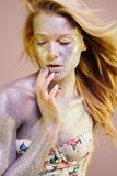 Frau mit Scheinen auf ihrem Gesicht und Körper Stockbilder