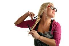 Frau mit Scheren, die sein Haar schnitten Lizenzfreie Stockbilder