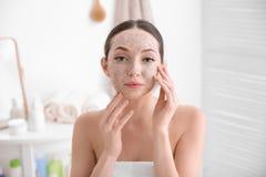 Frau mit scheuern sich auf Gesicht lizenzfreies stockfoto