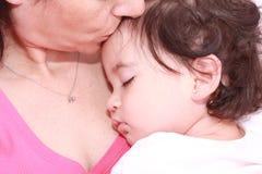 Frau mit schlafendem Schätzchen Lizenzfreie Stockbilder
