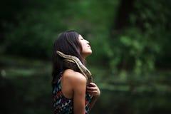 Frau mit Schlange Stockfoto