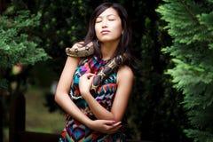 Frau mit Schlange Lizenzfreie Stockfotografie