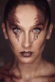 Frau mit Schlangenskalen Stockbild