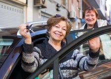Frau mit Schlüsseln nähern sich Auto Lizenzfreies Stockbild