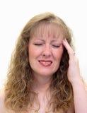Frau mit schmerzlichen Kopfschmerzen Stockbilder