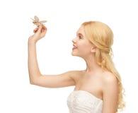 Frau mit Schmetterling in der Hand Stockfotografie