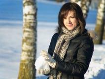Frau mit Schneeball Lizenzfreie Stockfotografie