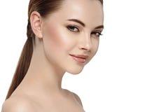Frau mit schönem Gesicht, gesunder Haut und ihrem Haar auf einem hinteren Abschluss herauf Porträtstudio auf Weiß Stockfoto